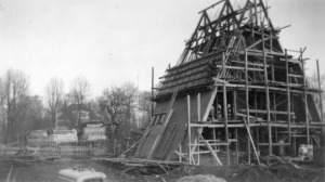Fotografi fra byggingen 1958. Byggematerialet er naturbetong med glideforskaling. Fra Sogn kultur- og historielags billedbase.