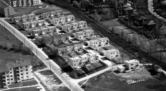 Rekkehusbebyggelsen i Gjennomfaret, fotografert 1952. Foto:     Widerøes Flyveselskap / Vilhelm Skappel / Oslo byarkiv (CC-BY-SA)