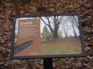 Skiltet ved Østre Sogn står ved den nordligste og best synlige av de fire gravhaugene.