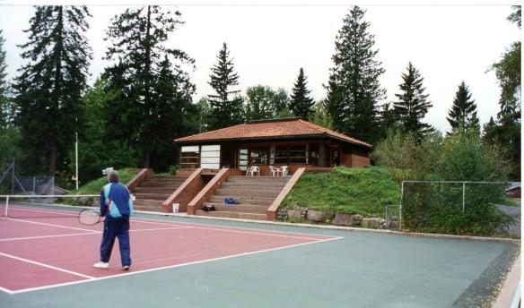 Klubbens anlegg i dag. Klubbhuset er tegnet av arkitekt mnal Arne Eide, 1983.