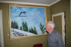 Reidar Otto betrakter hoppmaleriet sitt,  2011.